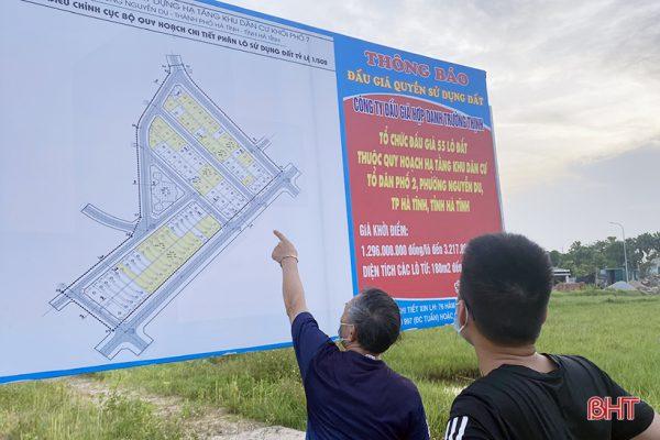 Khách hàng xem quy hoạch vị trí các lô đất trước khi tham gia buổi đấu giá do Công ty Đấu giá hợp danh Trường Thịnh tổ chức.